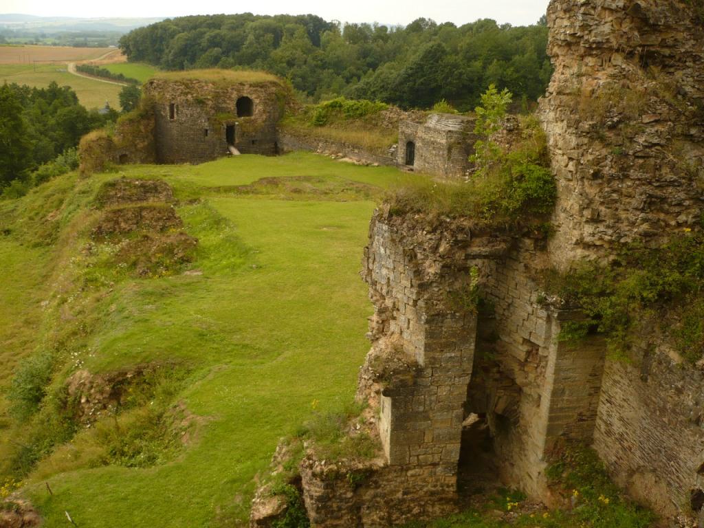 la basse-cour vue du dessous de la chapelle